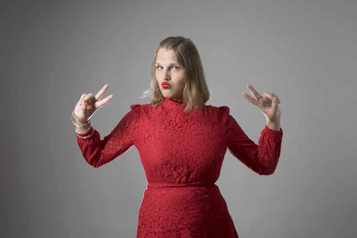 Aleksa Lundberg, författare, journalist, skådespelerska, TV-personlighet, föreläsare, moderator, konferencier, aktivist, Bögtjejen, röd klänning